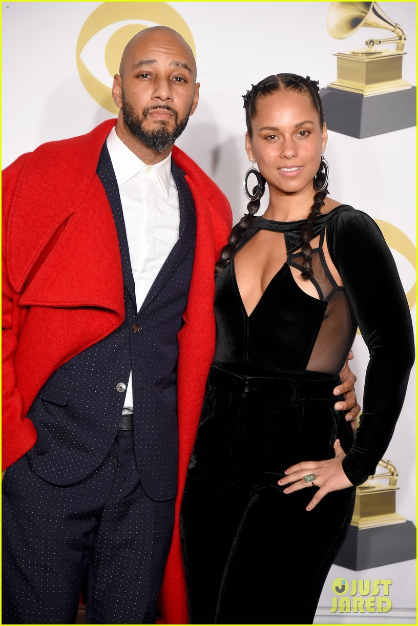 alicia keys poses with husband swizz beatz in grammys press room 084023428