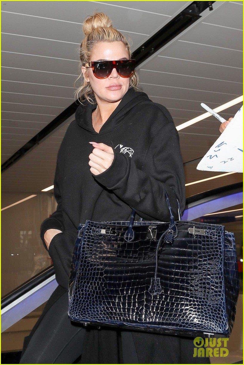 khloe kardashian touches down at lax after admitting shes six months along 024007065