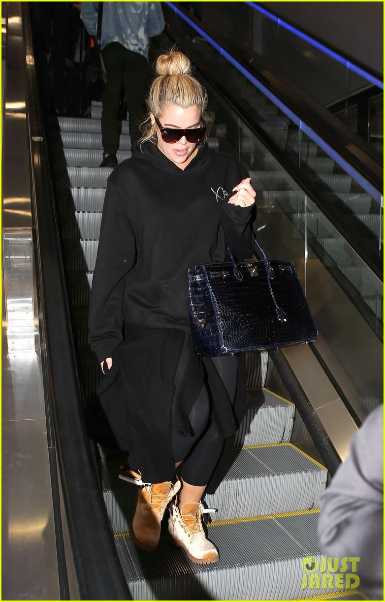 khloe kardashian touches down at lax after admitting shes six months along 044007067