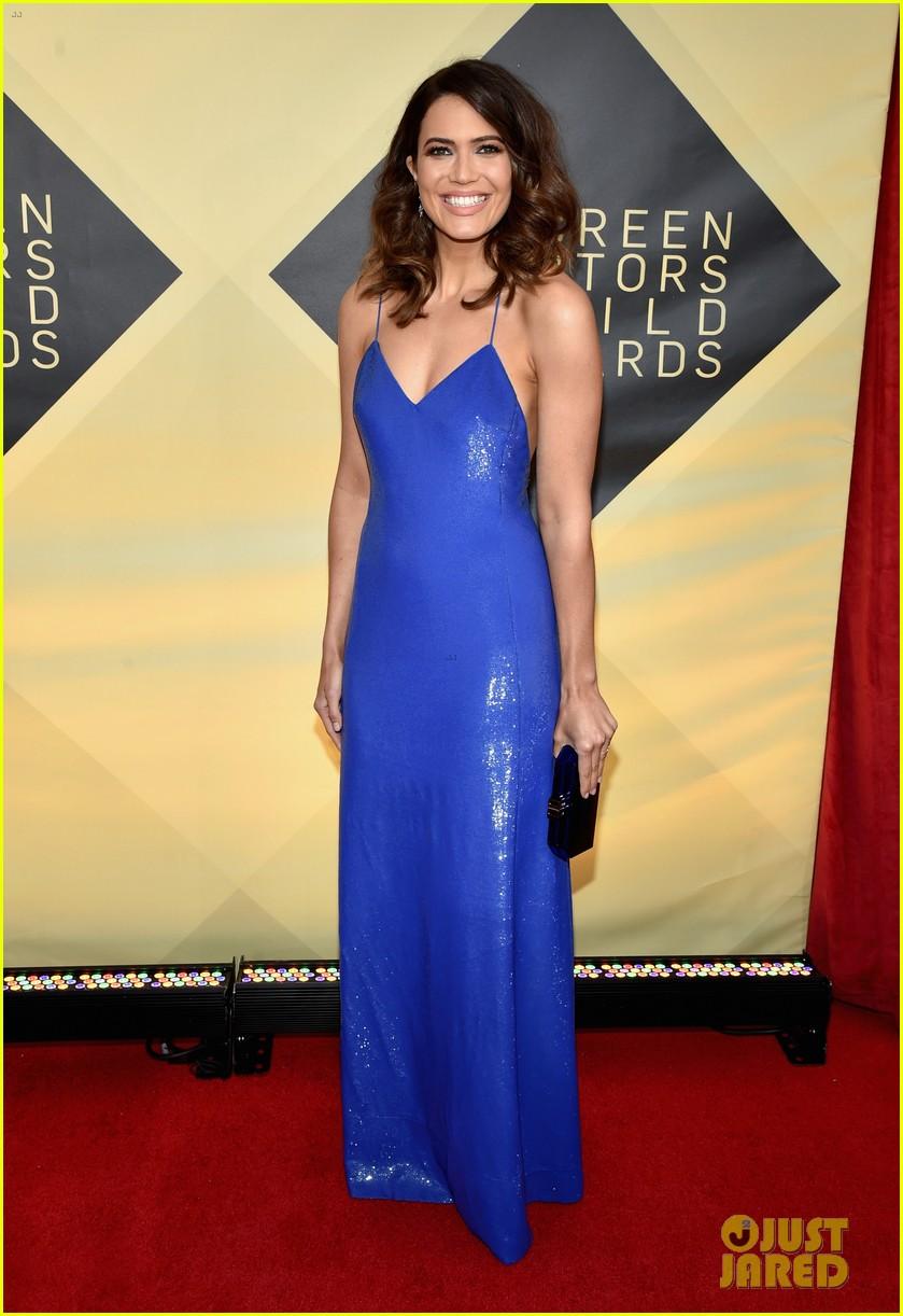 Mandy Moore Amp Milo Ventimiglia Hit The Red Carpet At Sag