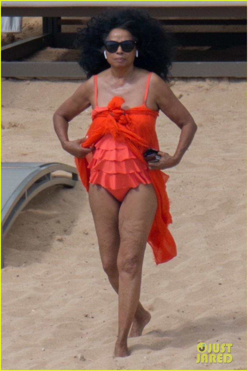 diana ross rocks one piece bathing suit in hawaii 034012074