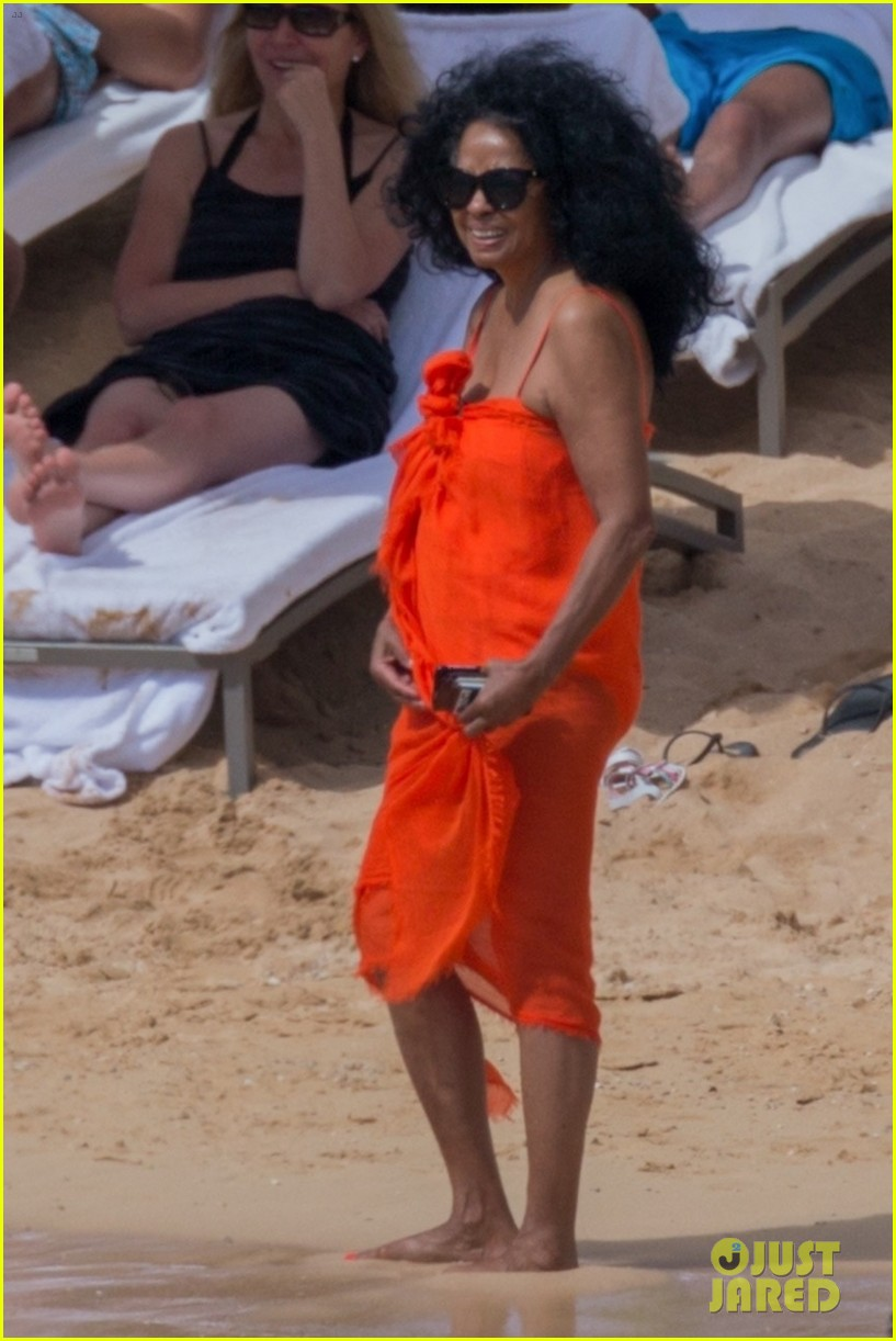 diana ross rocks one piece bathing suit in hawaii 054012076