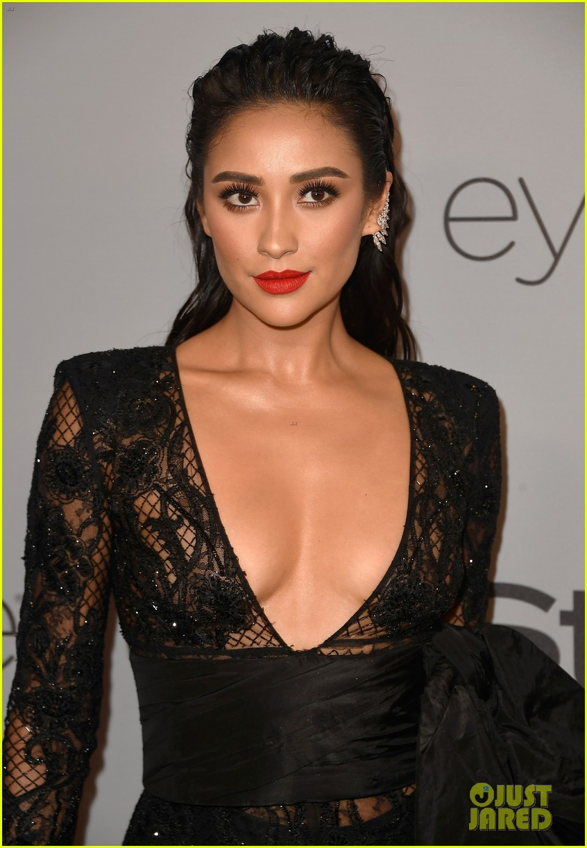 Shay Mitchell Amp Georgie Flores Stun At Instyle S Golden