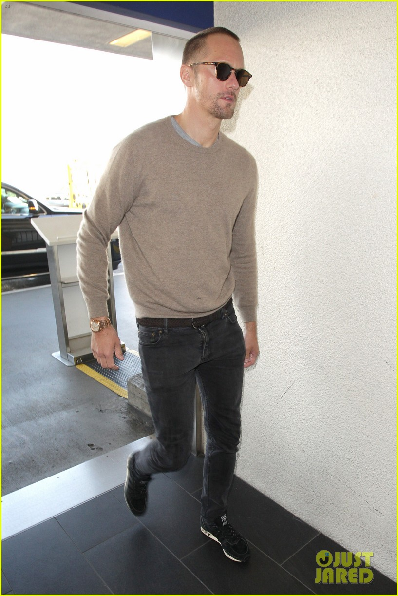 alexander skarsgard flies out of la after his award wins 014014219