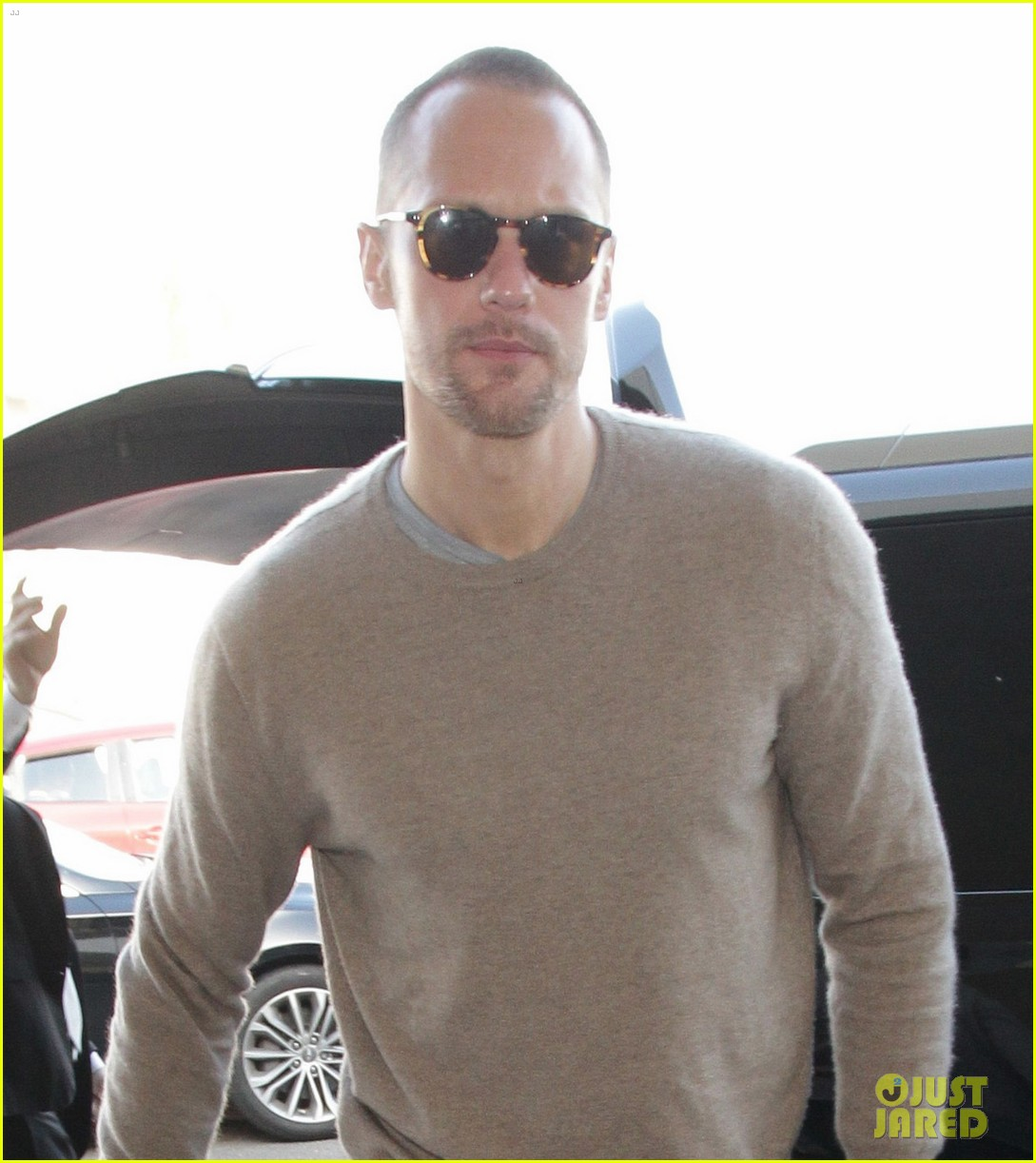 alexander skarsgard flies out of la after his award wins 024014220