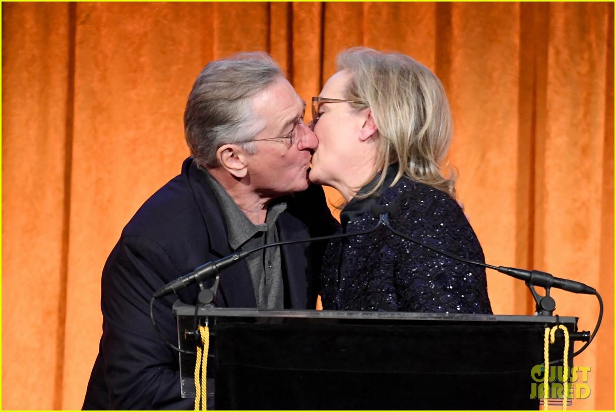 meryl streep kisses robert de niro while being honored at nbr awards 044012015