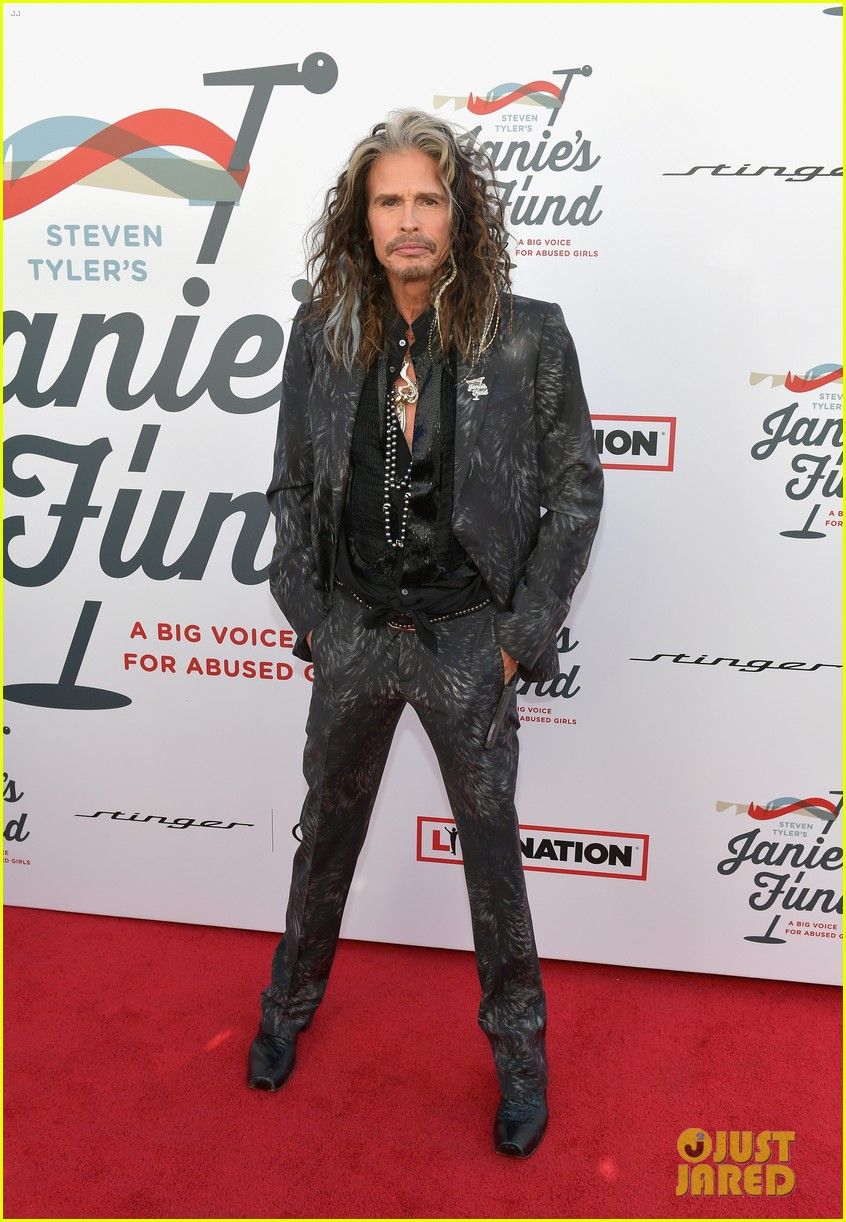 steven tyler and girlfriend aimee preston share a sweet smooch at grammy viewing party 014023523