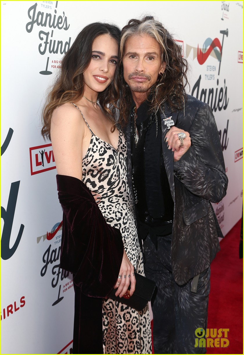steven tyler and girlfriend aimee preston share a sweet smooch at grammy viewing party 024023524