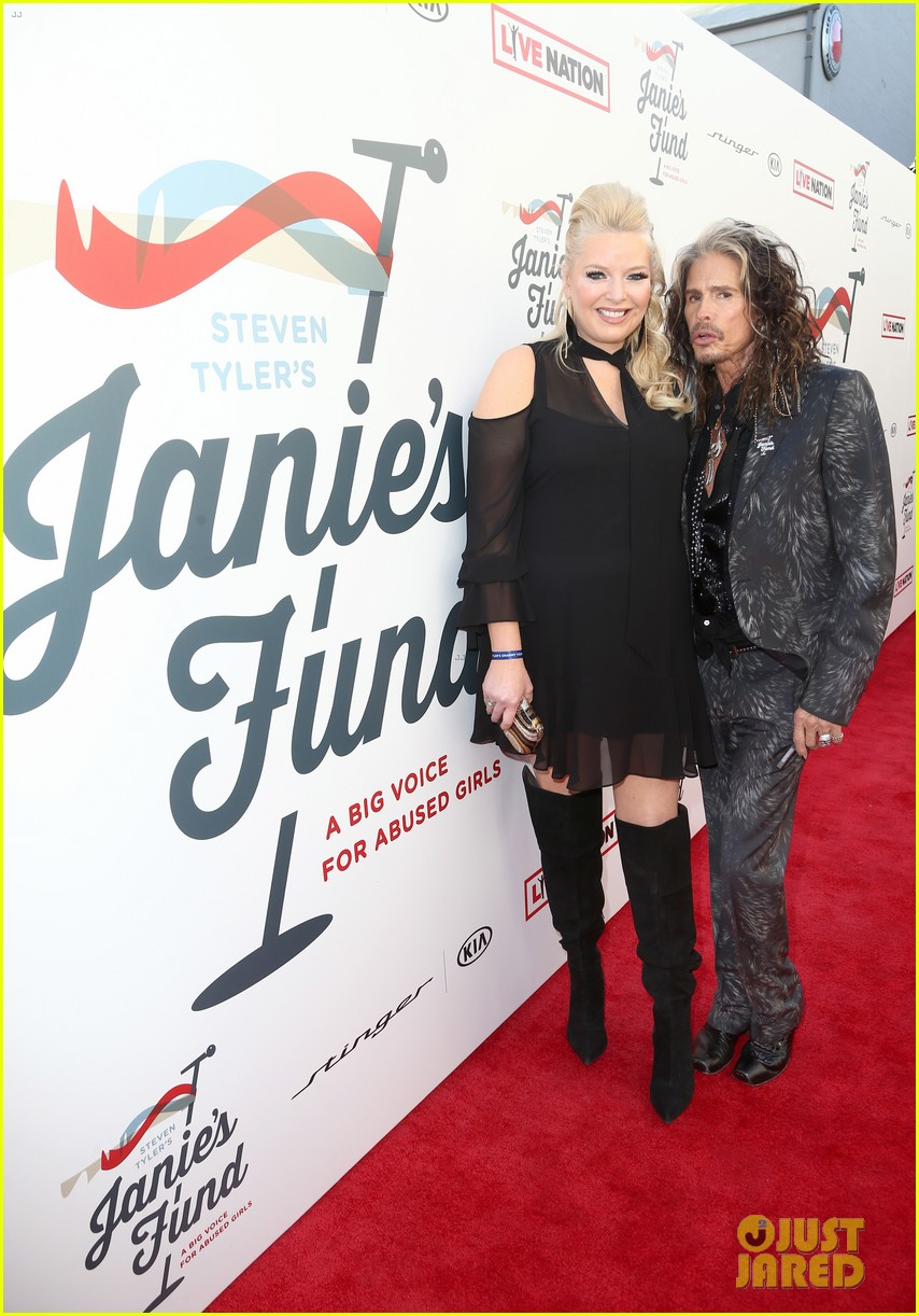 steven tyler and girlfriend aimee preston share a sweet smooch at grammy viewing party 054023527