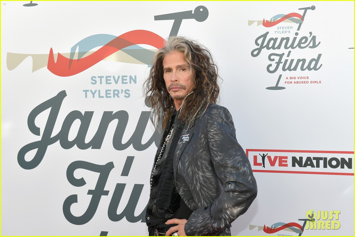 steven tyler and girlfriend aimee preston share a sweet smooch at grammy viewing party 074023529