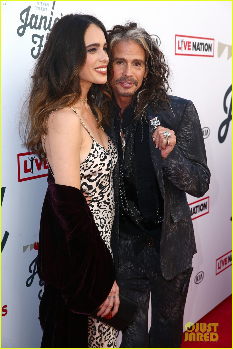 steven tyler and girlfriend aimee preston share a sweet smooch at grammy viewing party 084023530