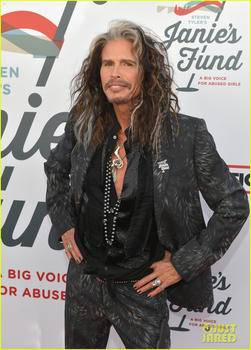 steven tyler and girlfriend aimee preston share a sweet smooch at grammy viewing party 114023533