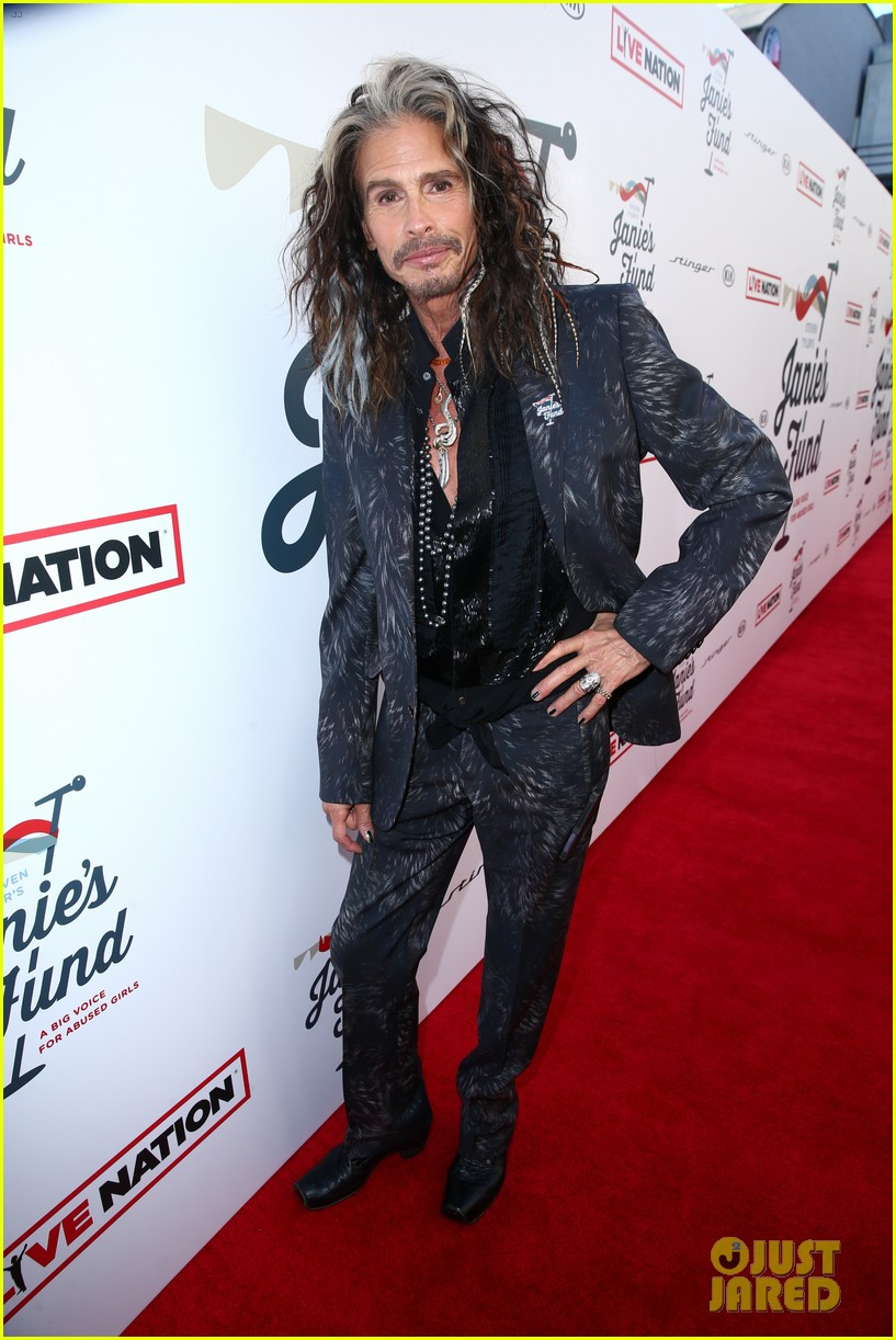 steven tyler and girlfriend aimee preston share a sweet smooch at grammy viewing party 134023535