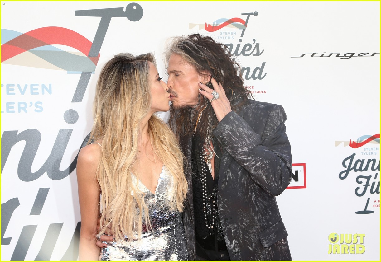 steven tyler and girlfriend aimee preston share a sweet smooch at grammy viewing party 144023536