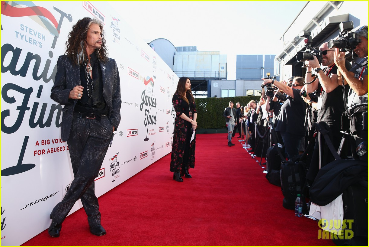 steven tyler and girlfriend aimee preston share a sweet smooch at grammy viewing party 154023537