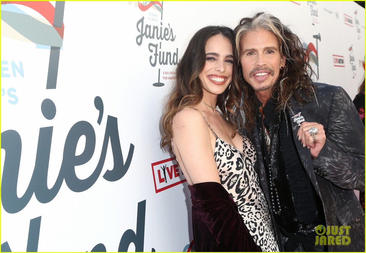 steven tyler and girlfriend aimee preston share a sweet smooch at grammy viewing party 164023538