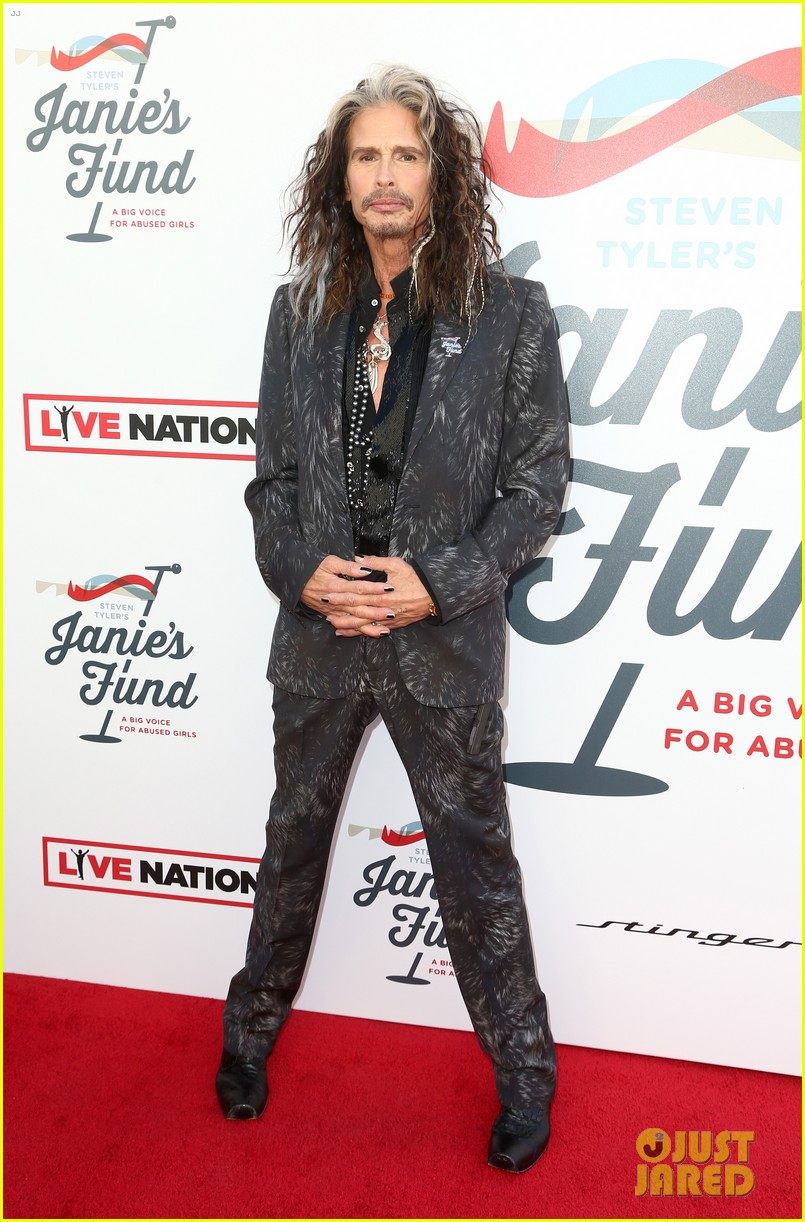 steven tyler and girlfriend aimee preston share a sweet smooch at grammy viewing party 184023540