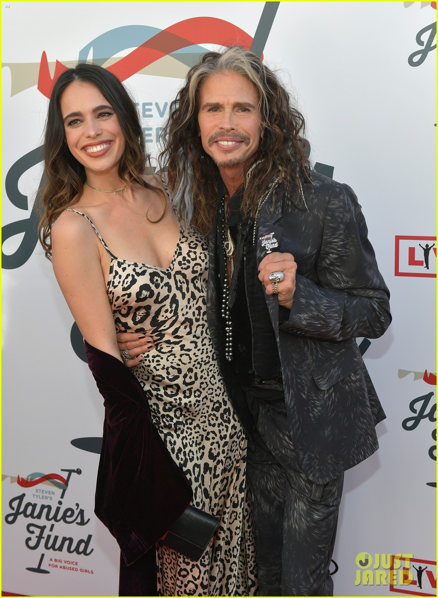 steven tyler and girlfriend aimee preston share a sweet smooch at grammy viewing party 204023542