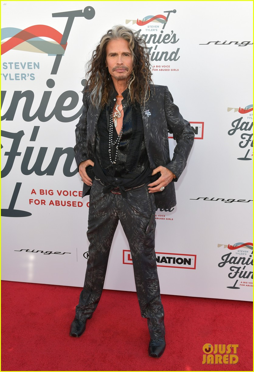 steven tyler and girlfriend aimee preston share a sweet smooch at grammy viewing party 254023547