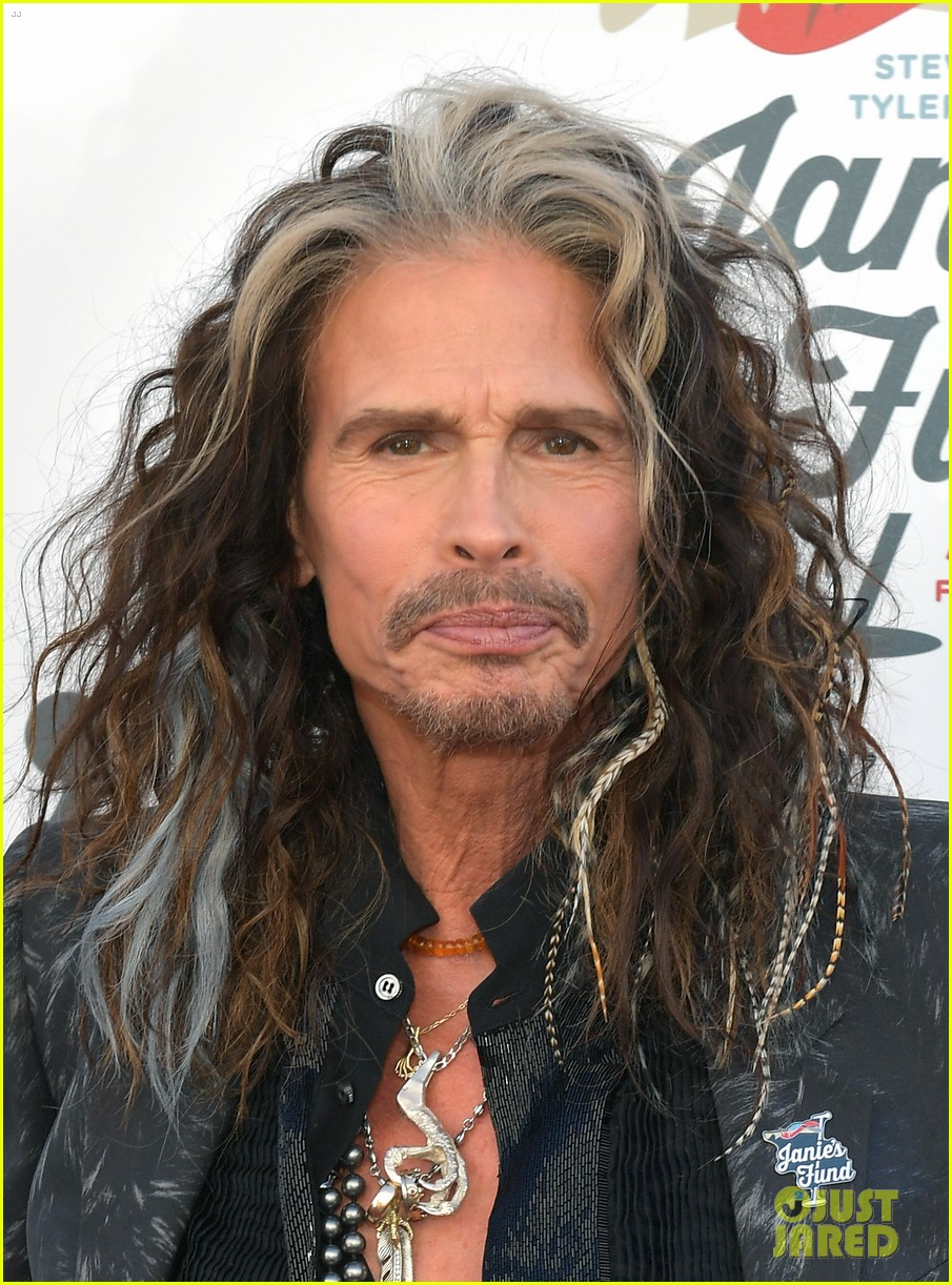 steven tyler and girlfriend aimee preston share a sweet smooch at grammy viewing party 264023548