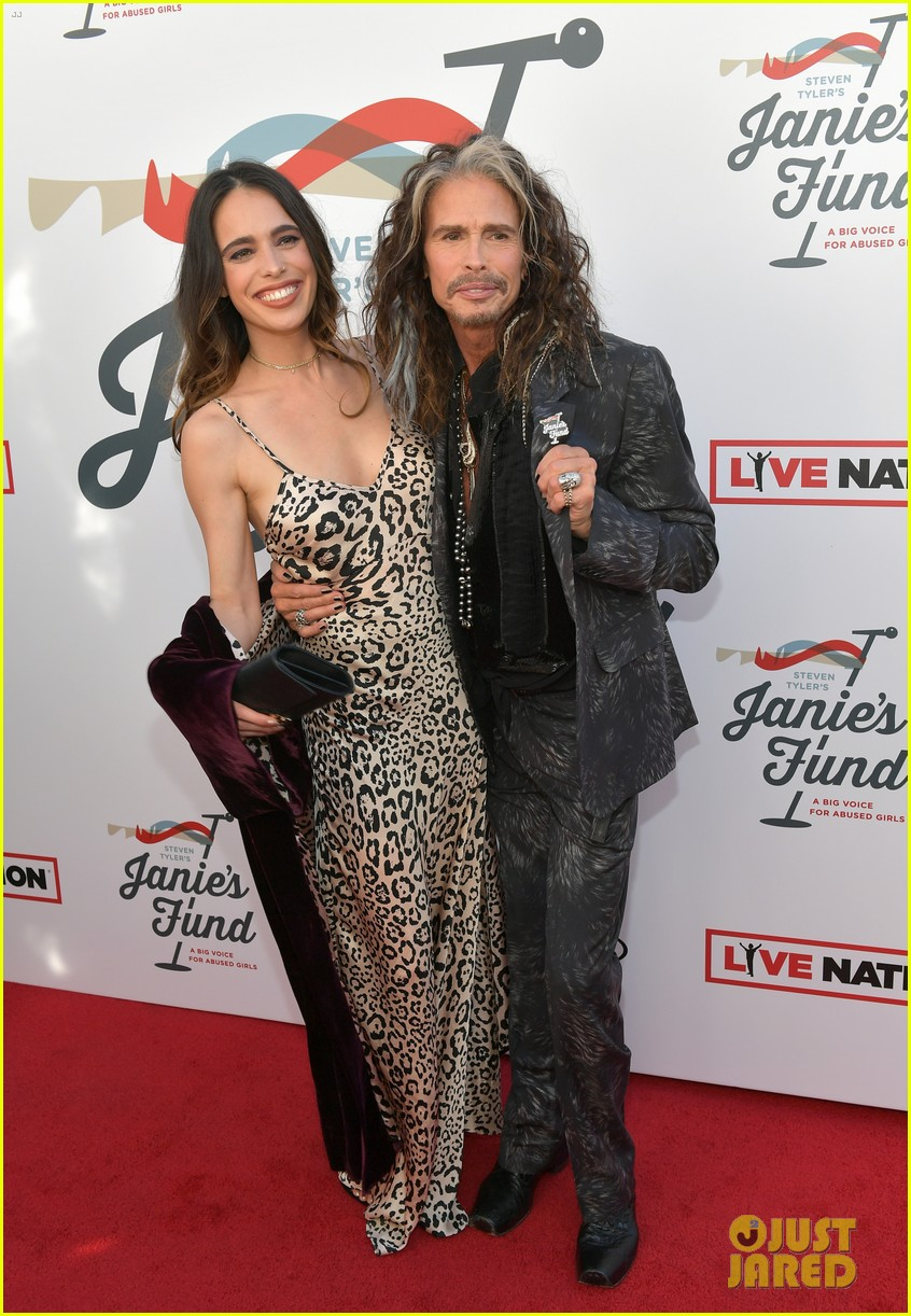 steven tyler and girlfriend aimee preston share a sweet smooch at grammy viewing party 274023549