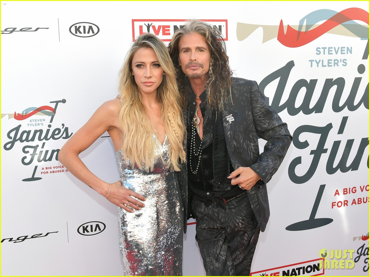 steven tyler and girlfriend aimee preston share a sweet smooch at grammy viewing party 284023550