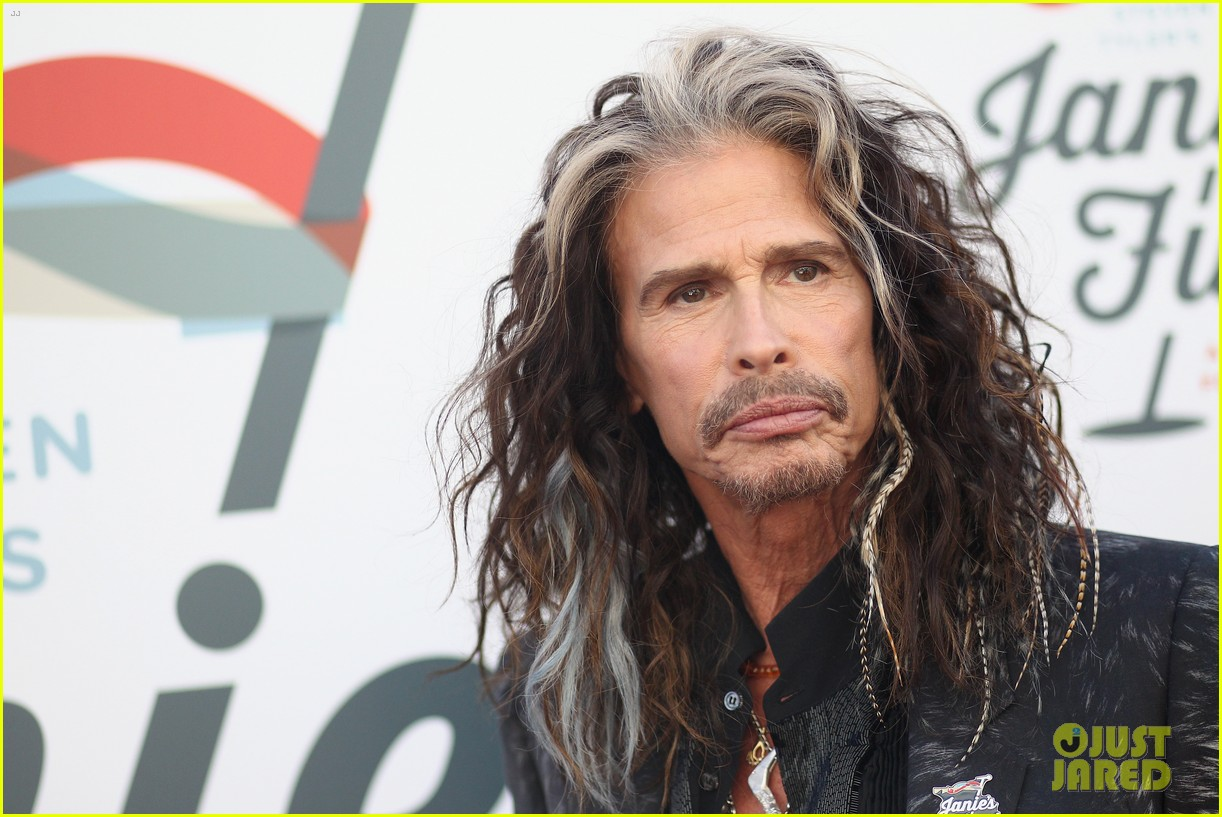steven tyler and girlfriend aimee preston share a sweet smooch at grammy viewing party 314023553