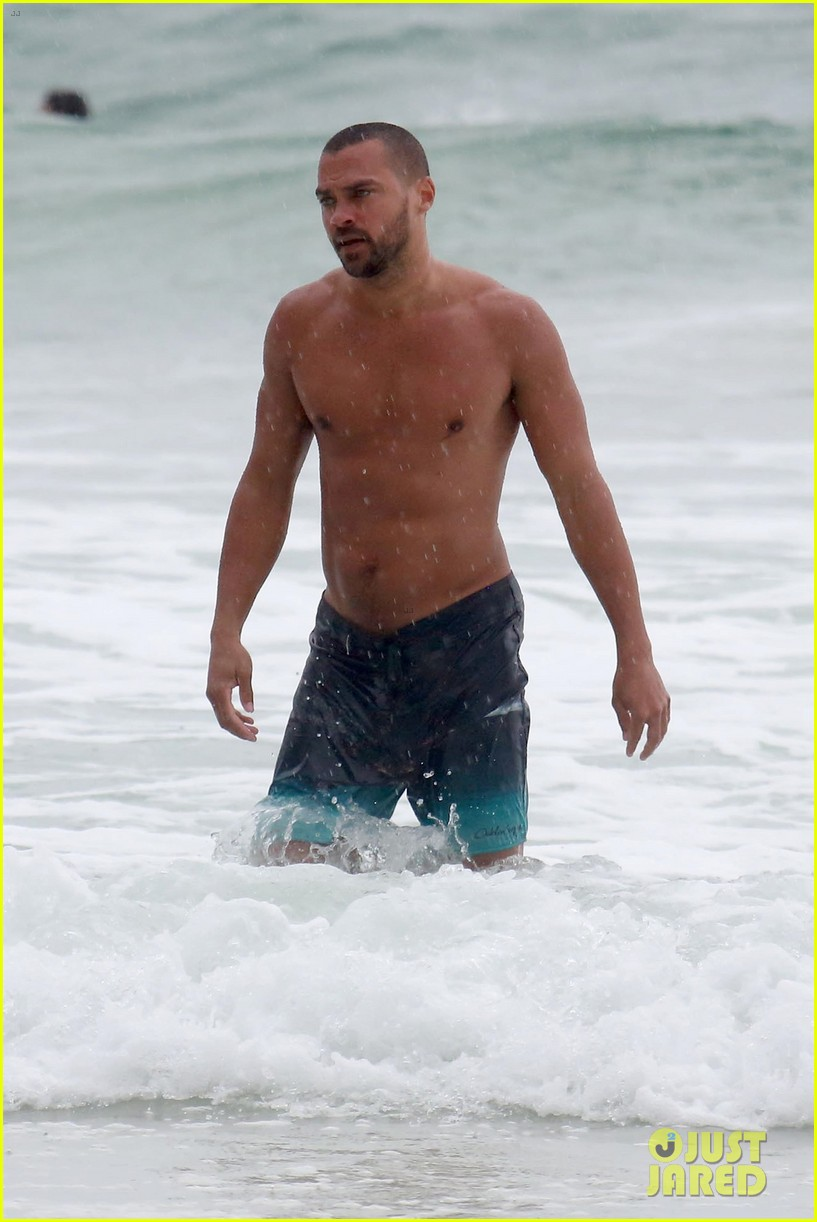 shirtless jesse williams shows off his abs on the beach 034008169