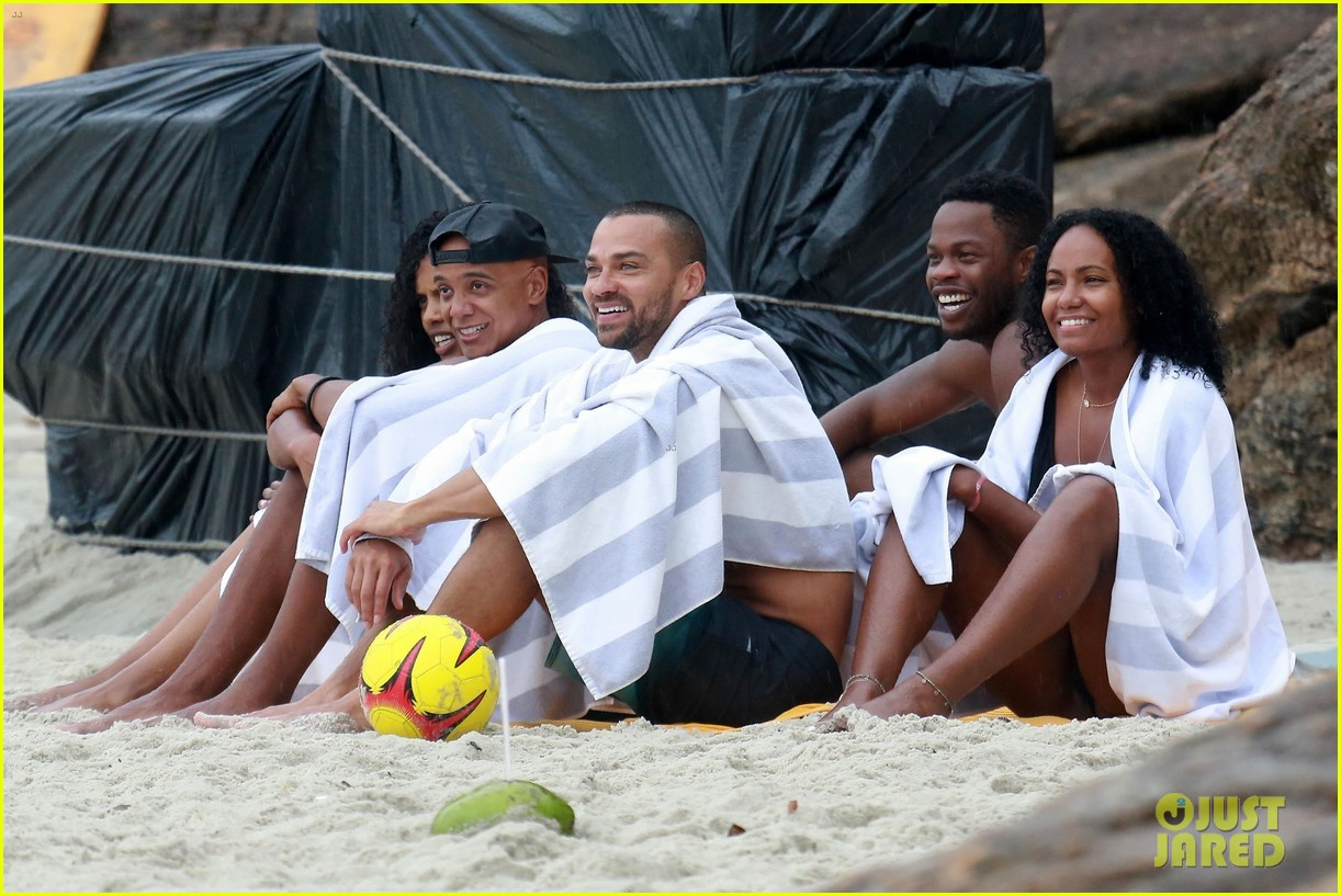 shirtless jesse williams shows off his abs on the beach 044008170