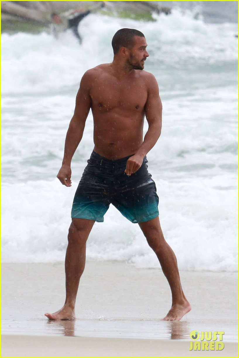 shirtless jesse williams shows off his abs on the beach 094008175