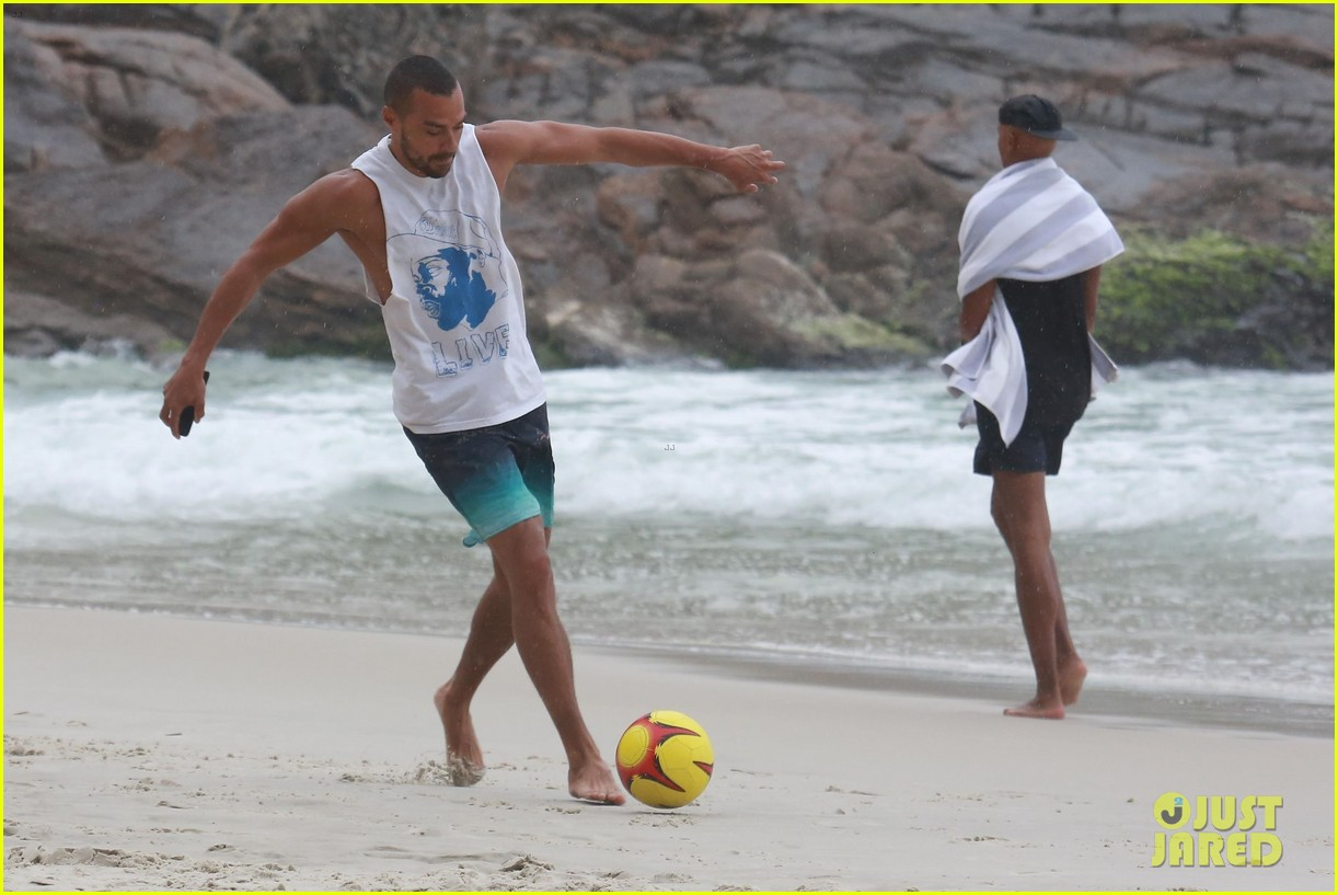 shirtless jesse williams shows off his abs on the beach 394008205