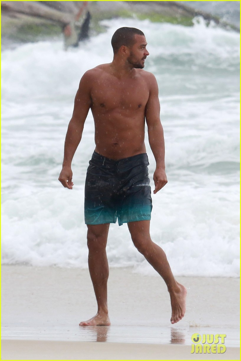 shirtless jesse williams shows off his abs on the beach 514008217