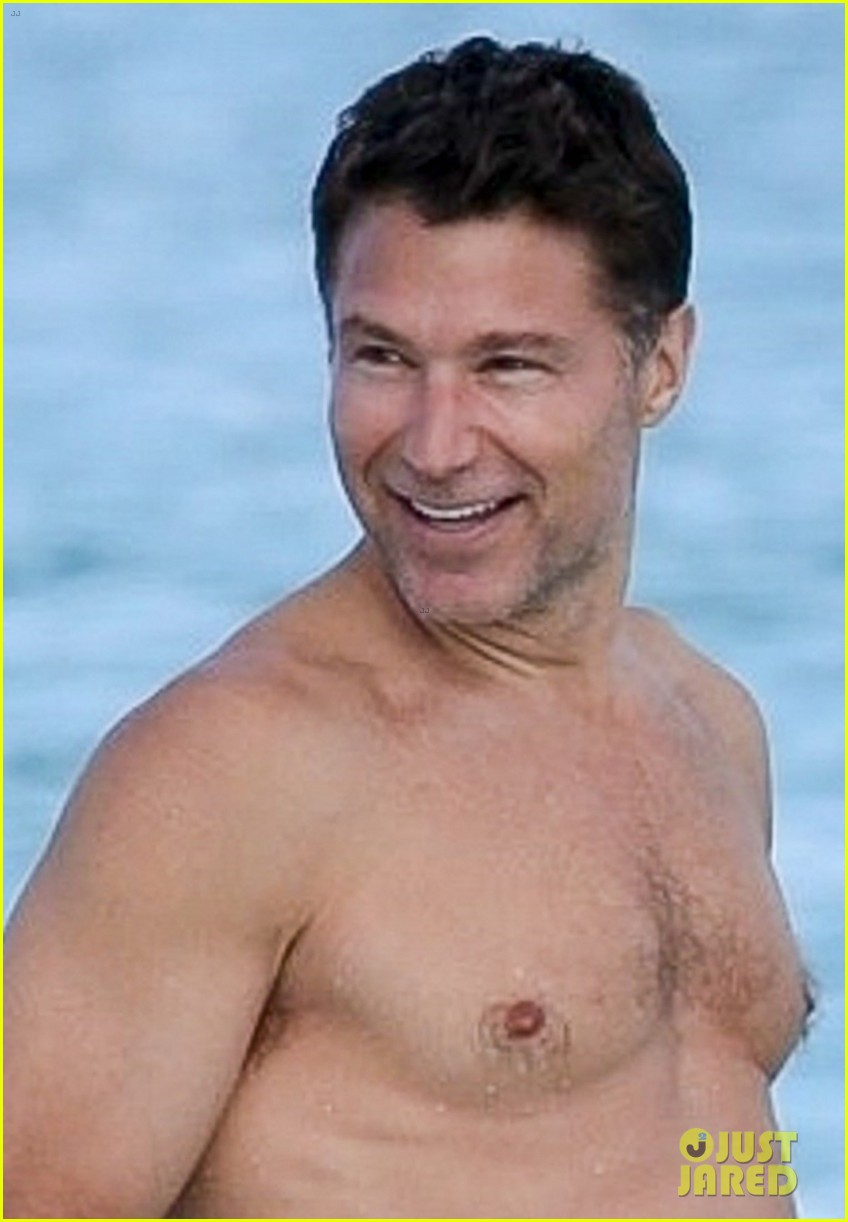 michelle williams and shirtless boyfriend andrew youmans hit the beach in the bahamas 104012281