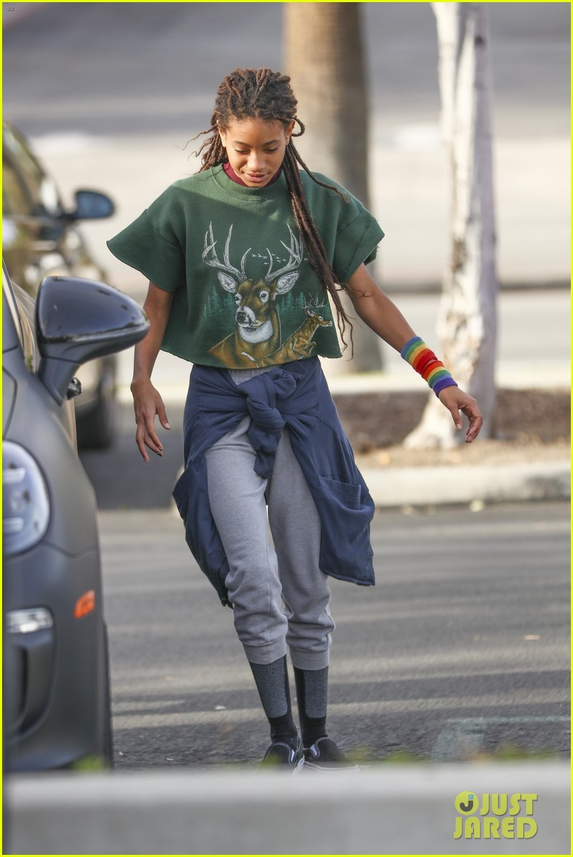 Willow Smith Looks Stylish While Hanging With Friends in ...