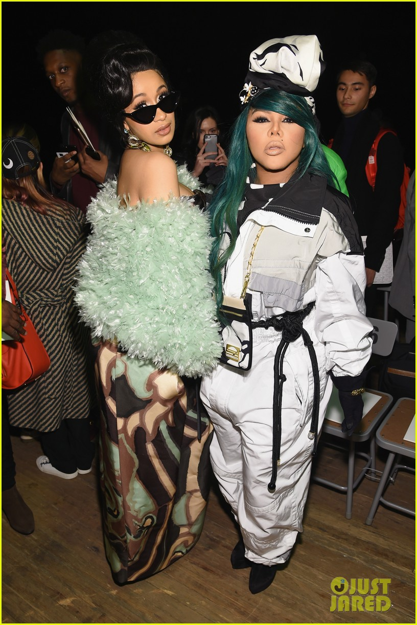 cardi b is glam in green at marc jacobs fashion show 014033267