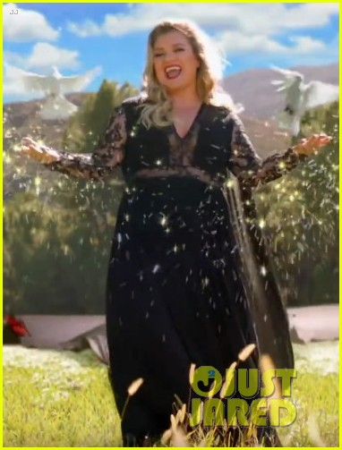 kelly clarkson stars in the voice super bowl commercial 044027650