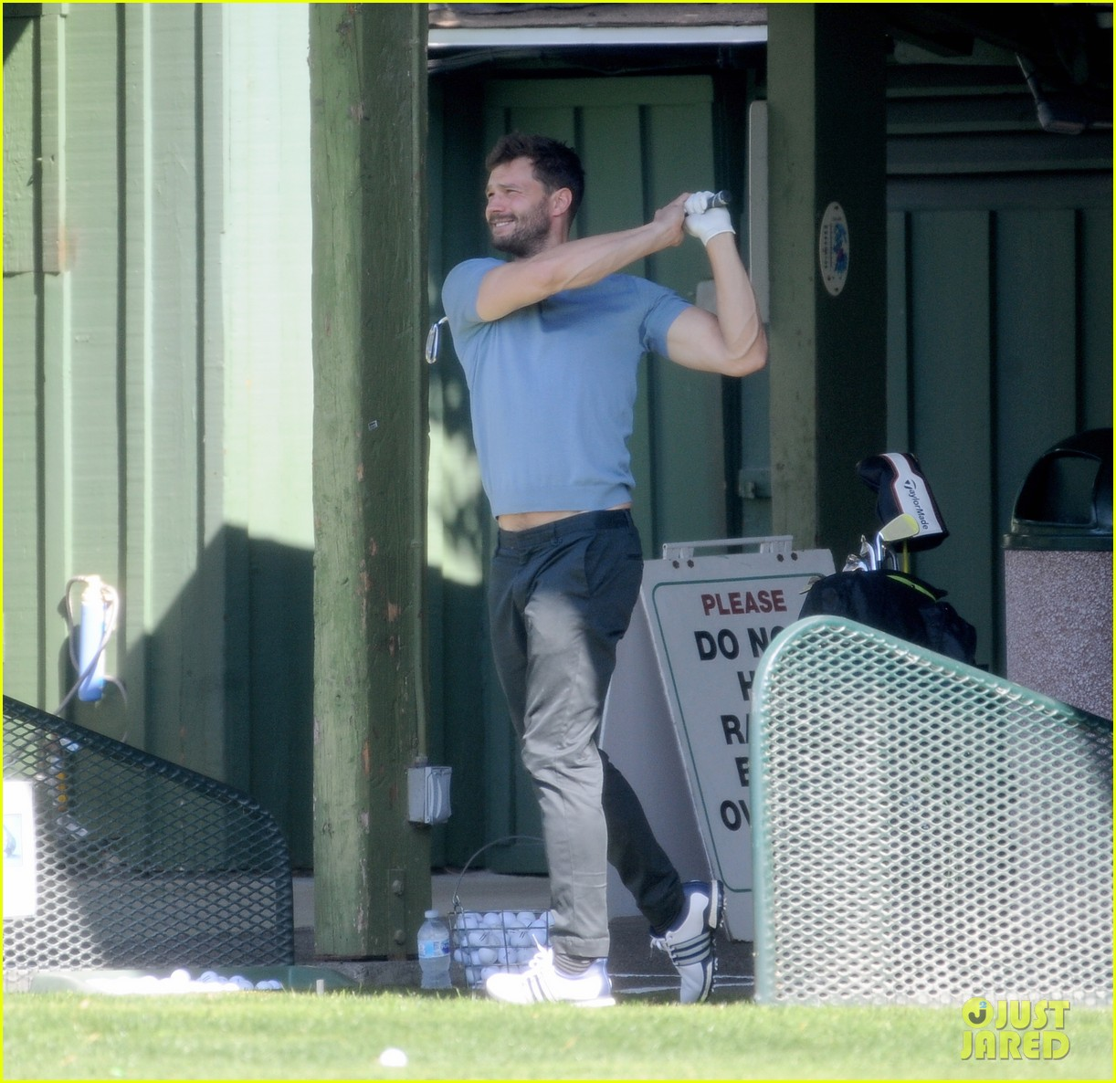 jamie dornan flaunts his biceps at the driving range 014032401