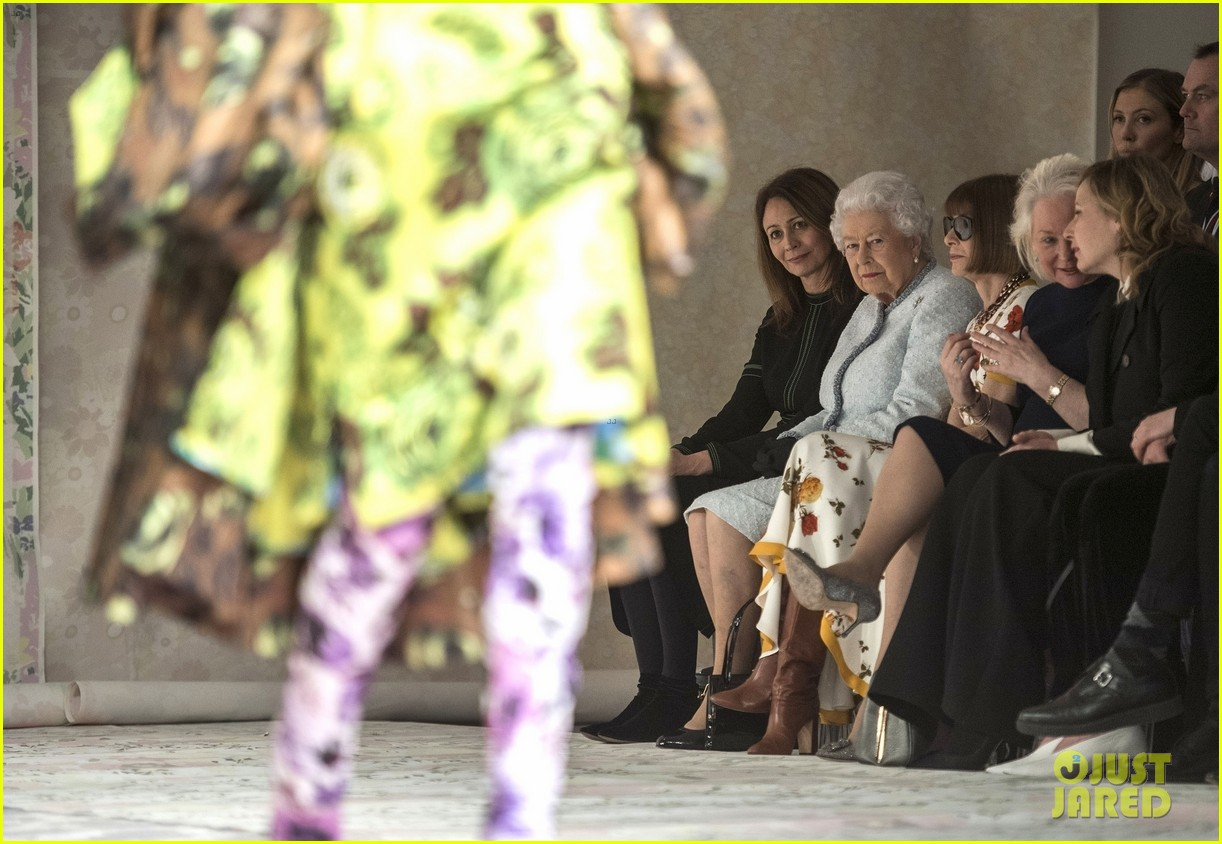 queen elizabeth sits front row next to anna wintour at london fashion week 044035986