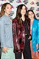 haim win best international band at vo5 nme awards 2018 07