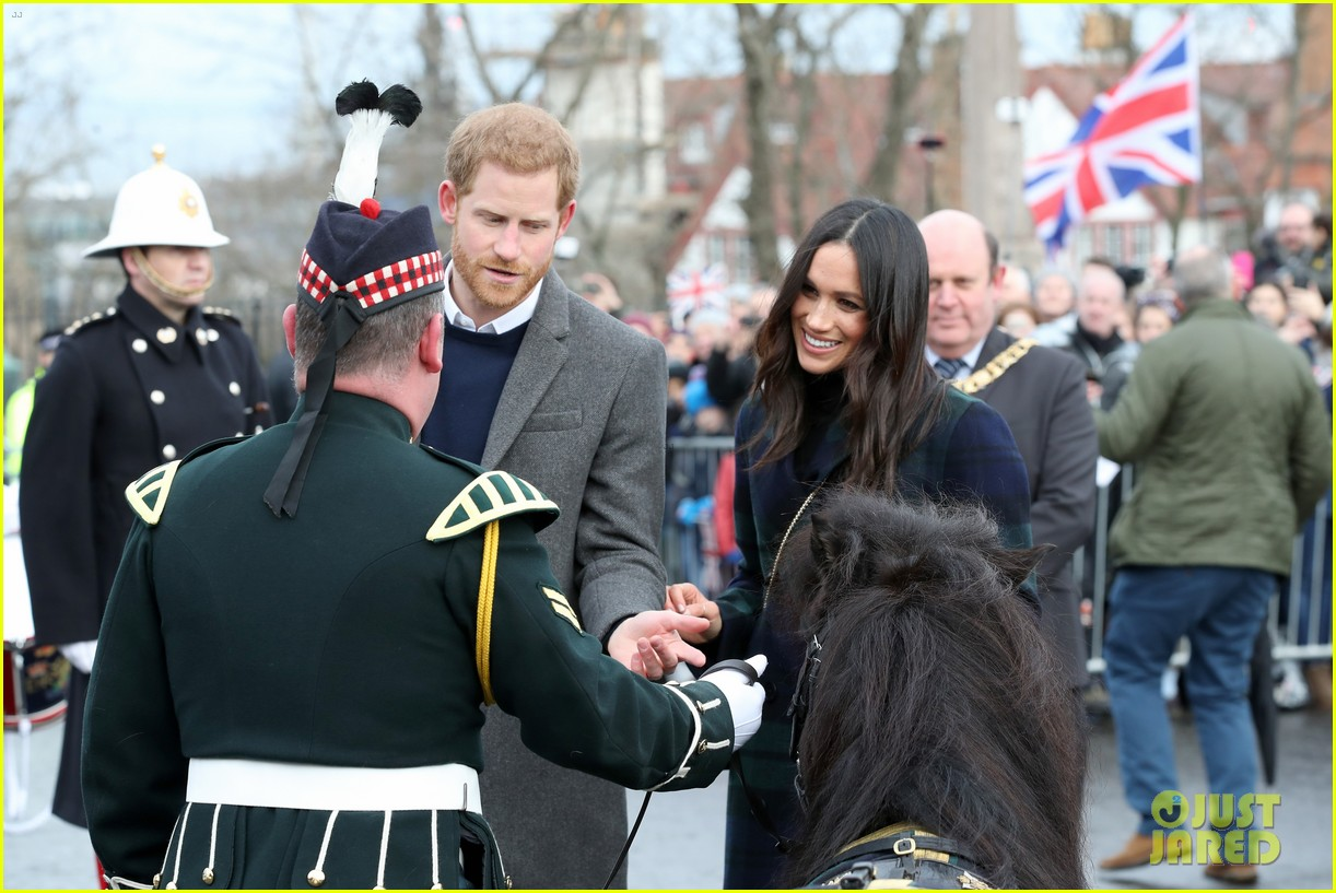 prince harry meghan markle get warm edinburgh welcome 014032061
