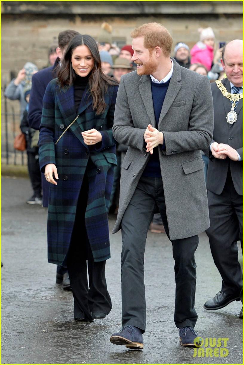 prince harry meghan markle get warm edinburgh welcome 034032063