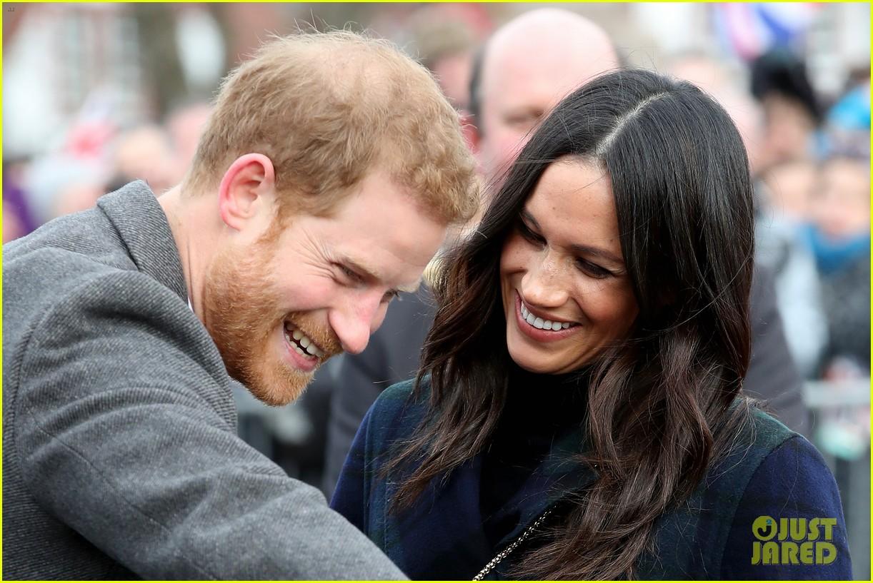 prince harry meghan markle get warm edinburgh welcome 044032064