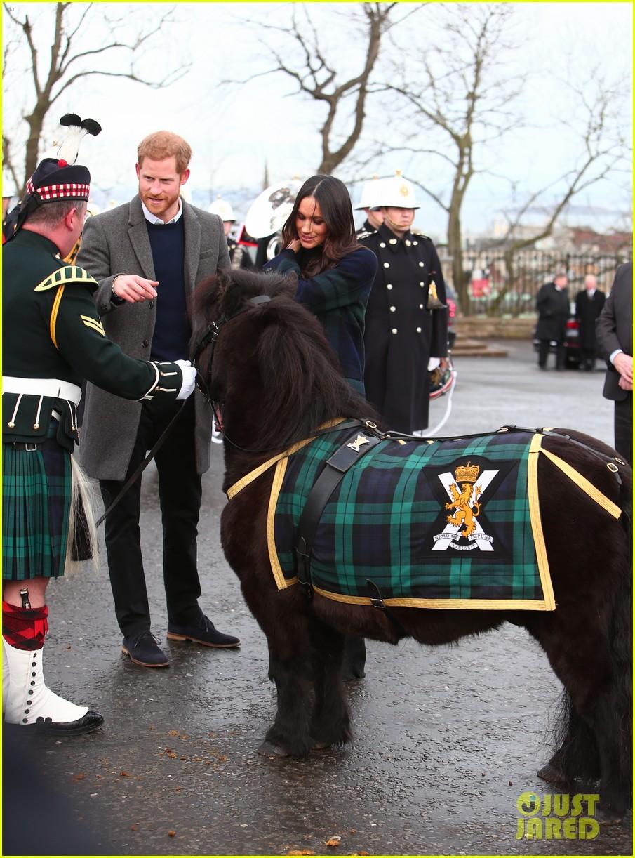 prince harry meghan markle get warm edinburgh welcome 054032065