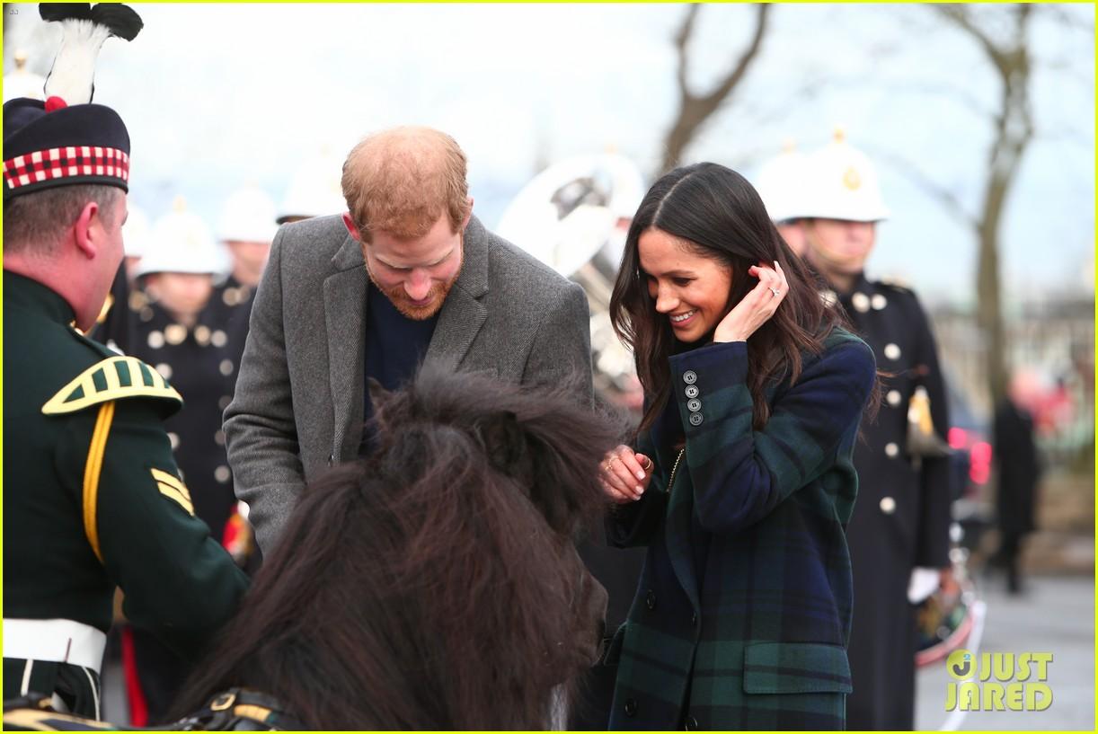 prince harry meghan markle get warm edinburgh welcome 094032069