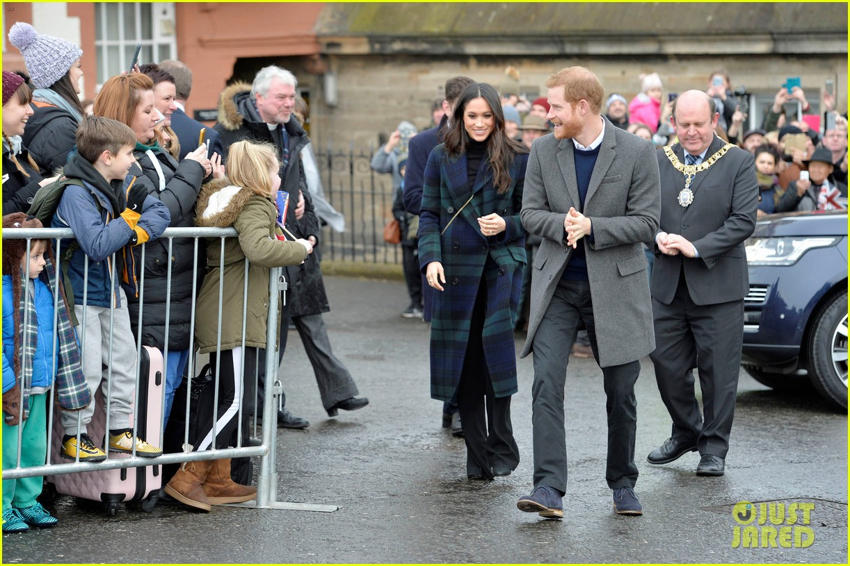 prince harry meghan markle get warm edinburgh welcome 144032074