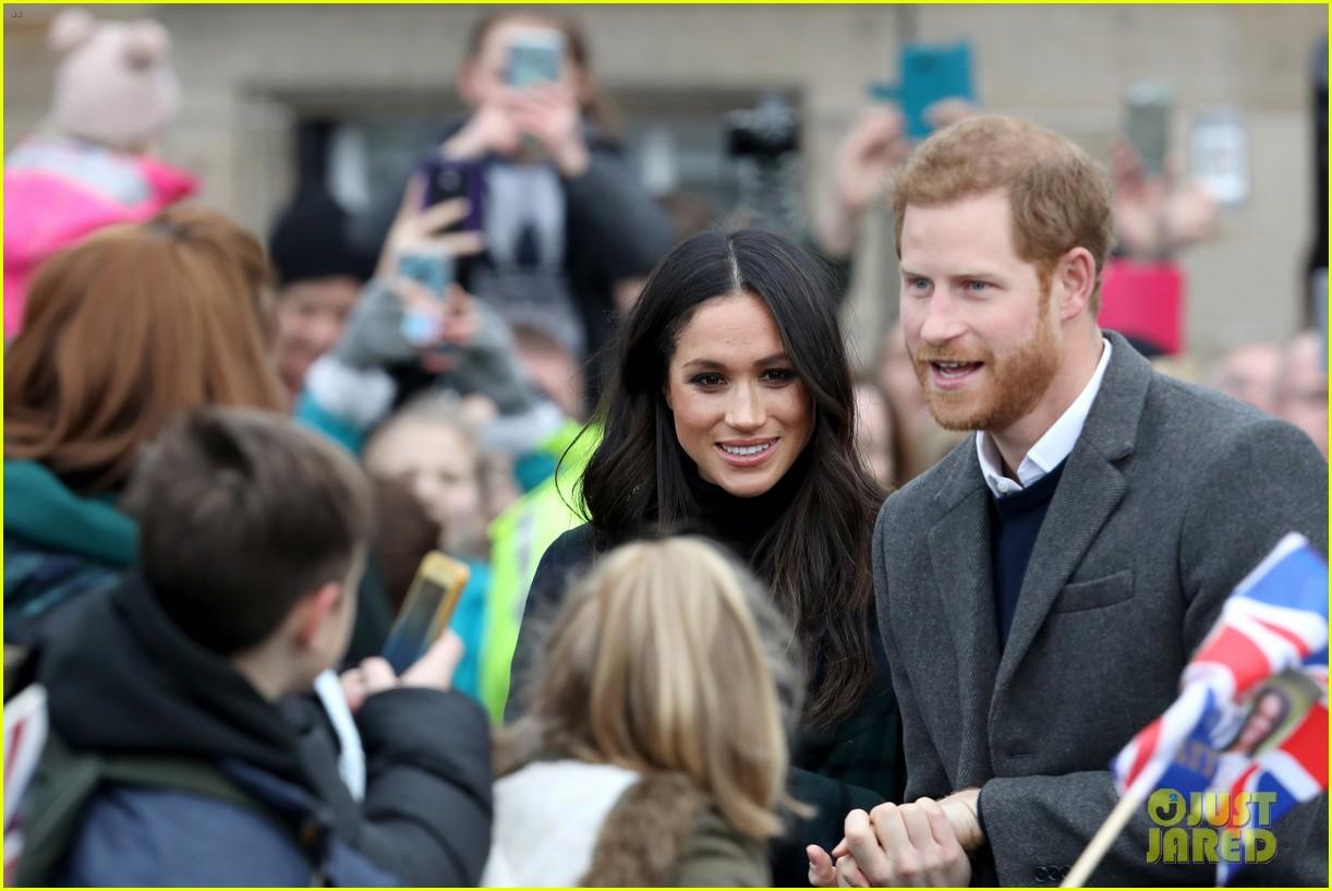 prince harry meghan markle get warm edinburgh welcome 164032076