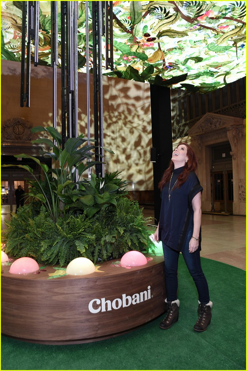 debra messing is all smiles at chobanis 10 year anniversary celebration 024031976