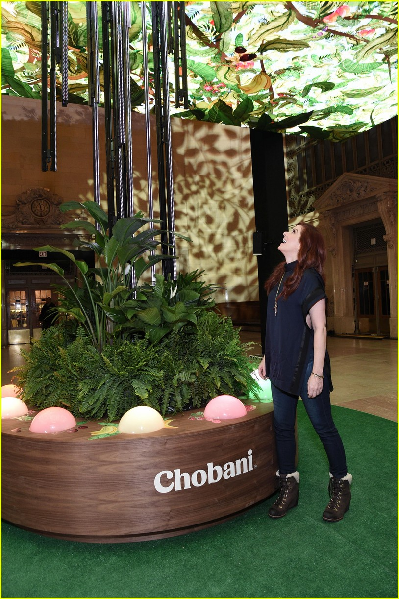 debra messing is all smiles at chobanis 10 year anniversary celebration 084031982