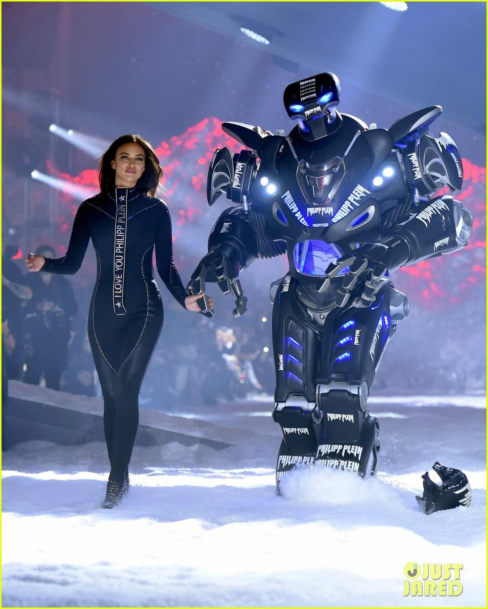 irina shayk closes philipp plein nyfw show with a robot 014031151