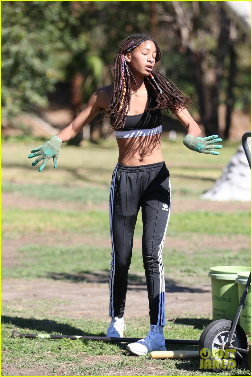 shirtless jaden smith shows off his abs while planting trees with sister willow 024034474